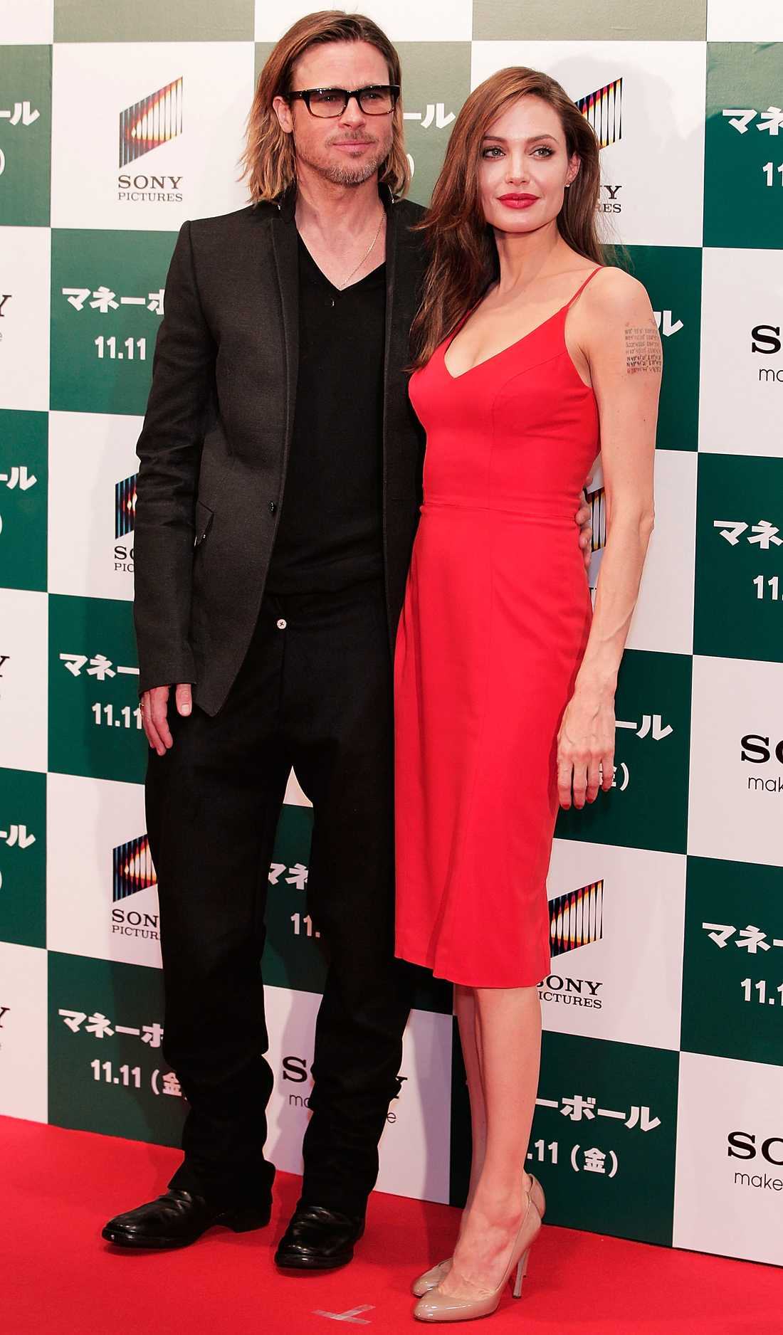 Angelina Jolie Angie Jolie besökte Tokyo med partnern Brad Pitt och valde en klänning som matchade röda mattan.