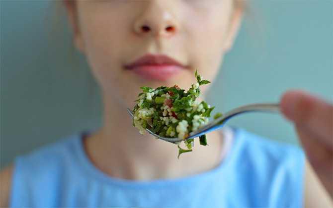 """Hur får man barnen att äta mer vego? Ja, man behöver inte förändra allt på en gång, utan kan ta det steg för steg och laga några vegetariska rätter i veckan, eller """"smyga"""" in de gröna inslagen."""