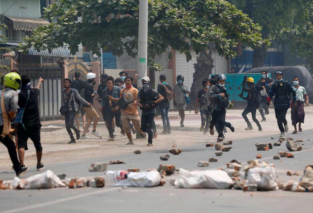 Demonstranter skingras av polis.