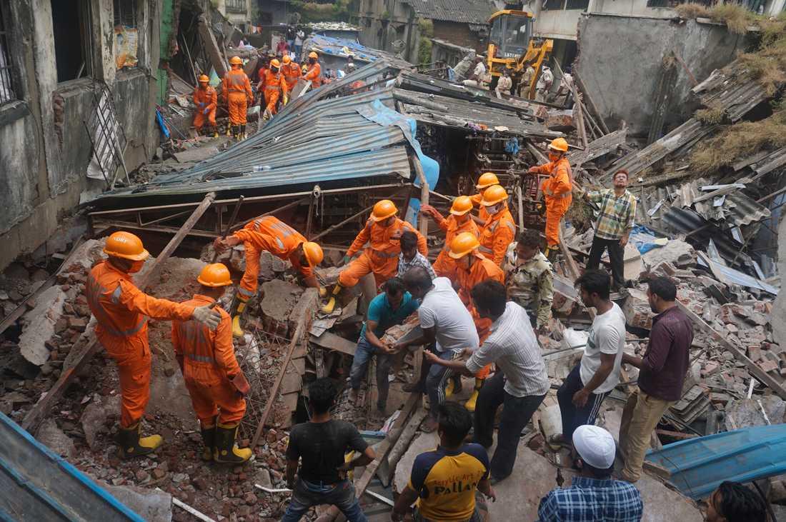 Indiska räddningsarbetare vid den kollapsade byggnaden.