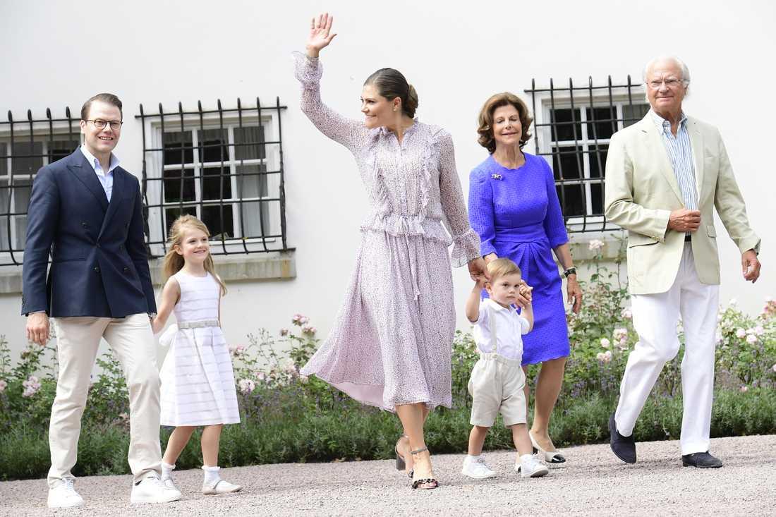Delar av kungafamiljen under firandet av kronprinsessan Victorias födelsedag i Sollidens slottspark på Öland.