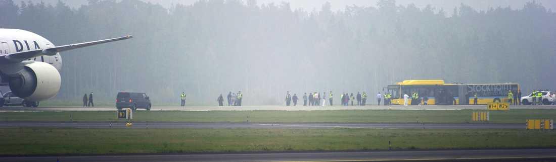 Passagerarna evakueras.