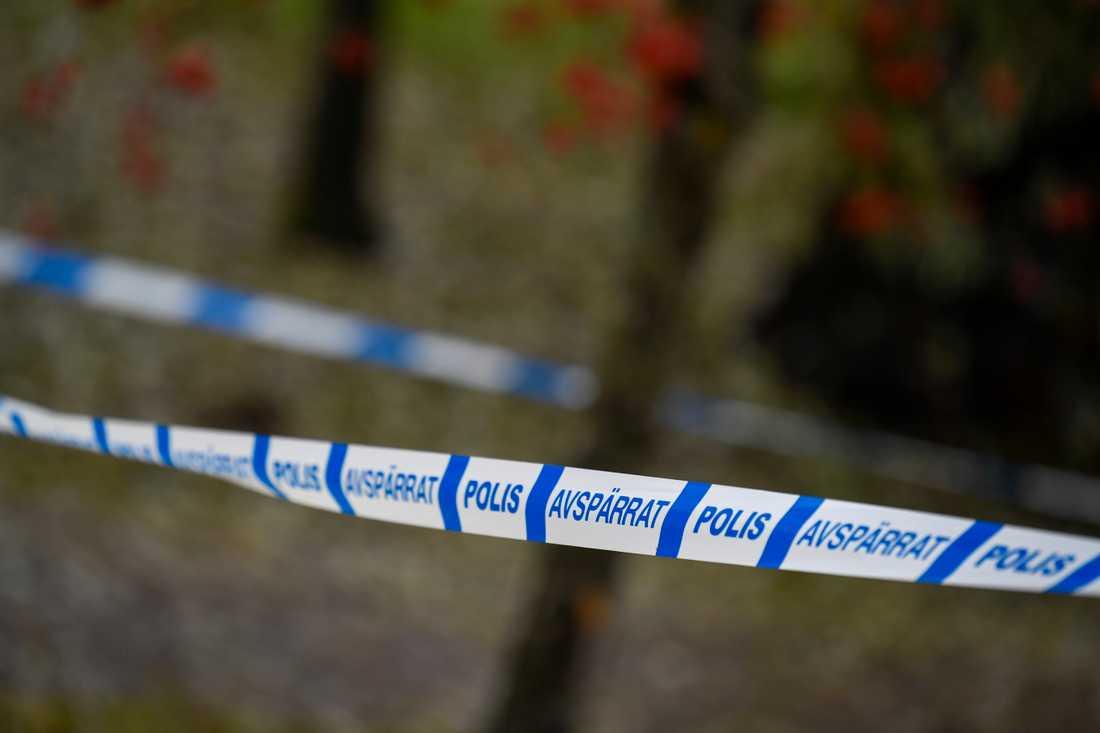 En man har hittats död på en parkbänk i Sundbyberg.