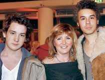 2004. Malou på en premiär med sönerna Malcolm och Sebastian.