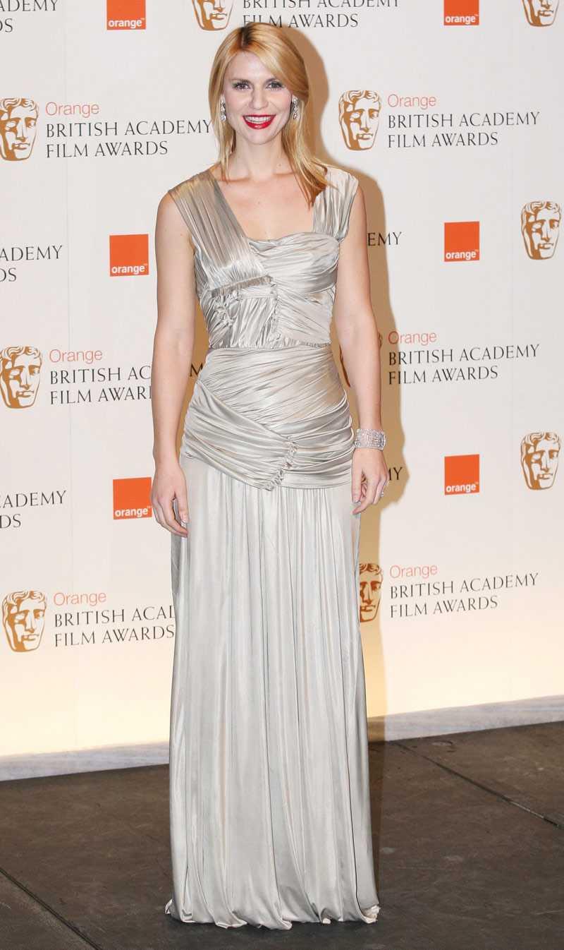 Claire Danes matchar riktigt rött läppstift till silverblänkande blåsa.