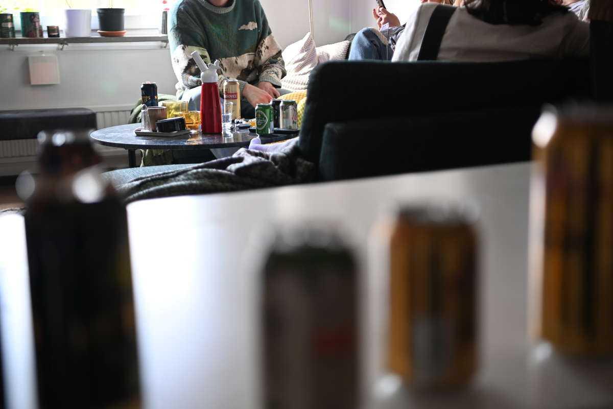 Ett gäng studenter har samlats i en lägenhet i Uppsala.