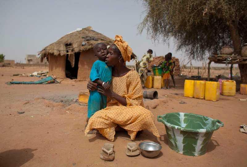 VÄSRTAFRIKA: En miljon barn riskerar att dö i torkan Svår torka och hetta i det redan torra landskapet i Saharas gränsland. Torkan och snabbt stigande matpriser har slagit hårt mot befolkningen i Niger, Tchad, Kamerun,  Burkina Faso, Mali, Mauretanien och  Senegal. Totalt 15 miljoner människor är drabbade av det allt torrare vädret. Enligt FN riskerar en miljon barn dö av undernäring på grund av torkan.