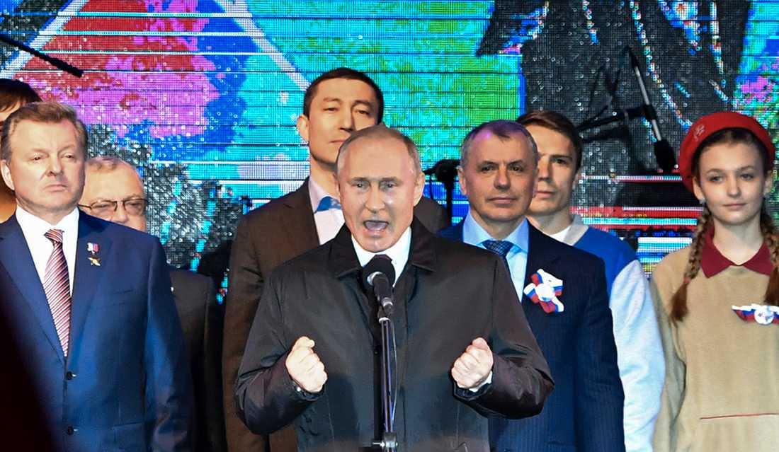 Rysslands president Vladimir Putin i ett tal i Simferopol på Krim i mars. Nu förlänger EU återigen sina sanktioner mot halvön, på grund av den ryska ockupationen. Arkivbild.
