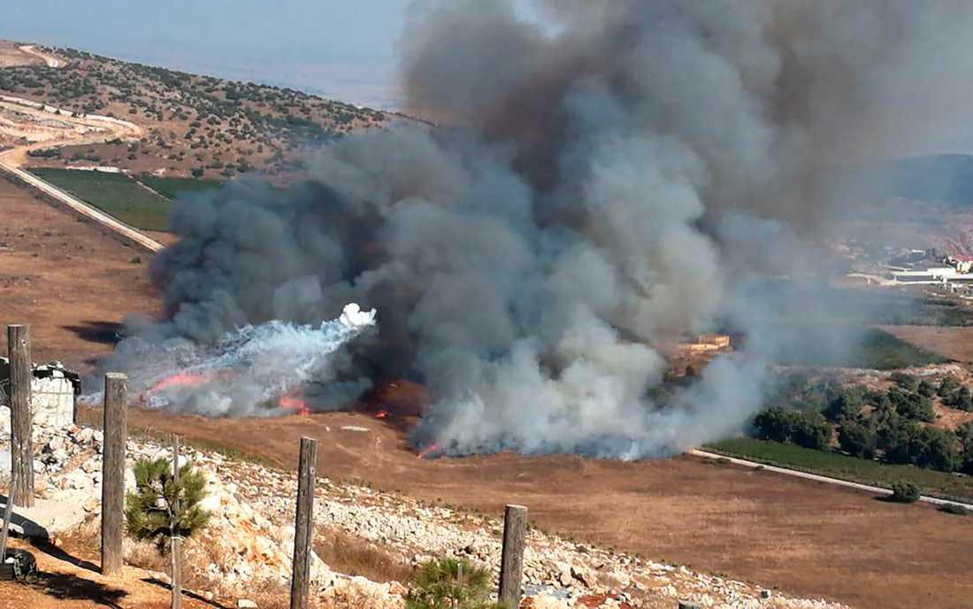 Rökutveckling efter israelisk granateld mot södra Libanon den 1 september. Arkivbild.