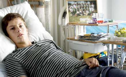 Fick opereras akut Smällen vid tacklingen rev upp en sex centimeter stor blödning på Markus Olofssons lever.