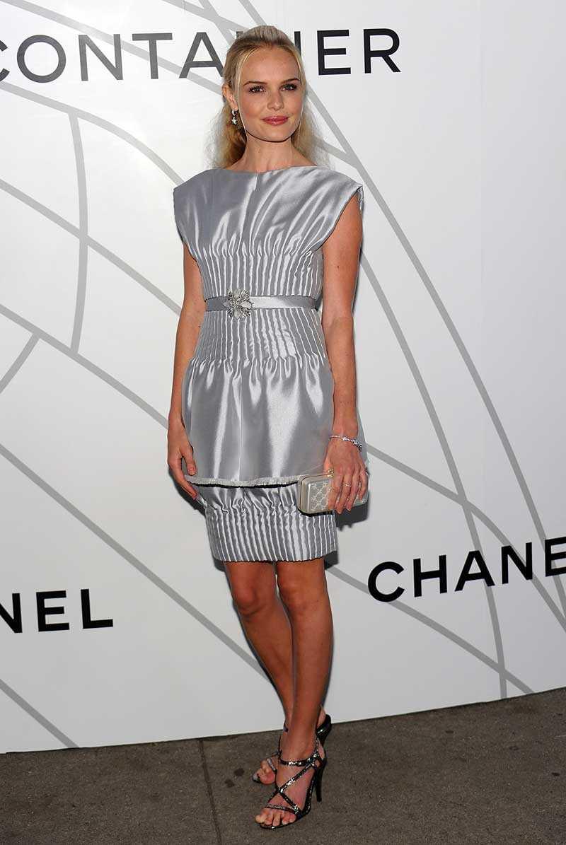 New York. Invigningen av Mobile Chanel art kräver sin stass. Kate Bosworth väljer ett silverglänsande konstverk dagen till ära.