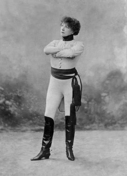 Sarah Bernhardt (1844-1923) – en av världens mest legendomspunna aktriser. Hon var känd för sin egocentricitet, sceniska förmåga, sina mörka ögon och sin röst som liknades vid en bäcks porlande vatten.