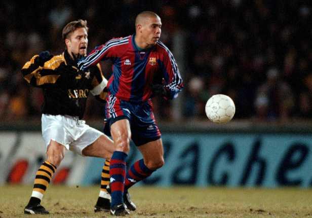 1997 fick AIK möta Barcelona och Ronaldo i Uefacupen. På bilden har Ola Andersson hamnat på efterkälken.