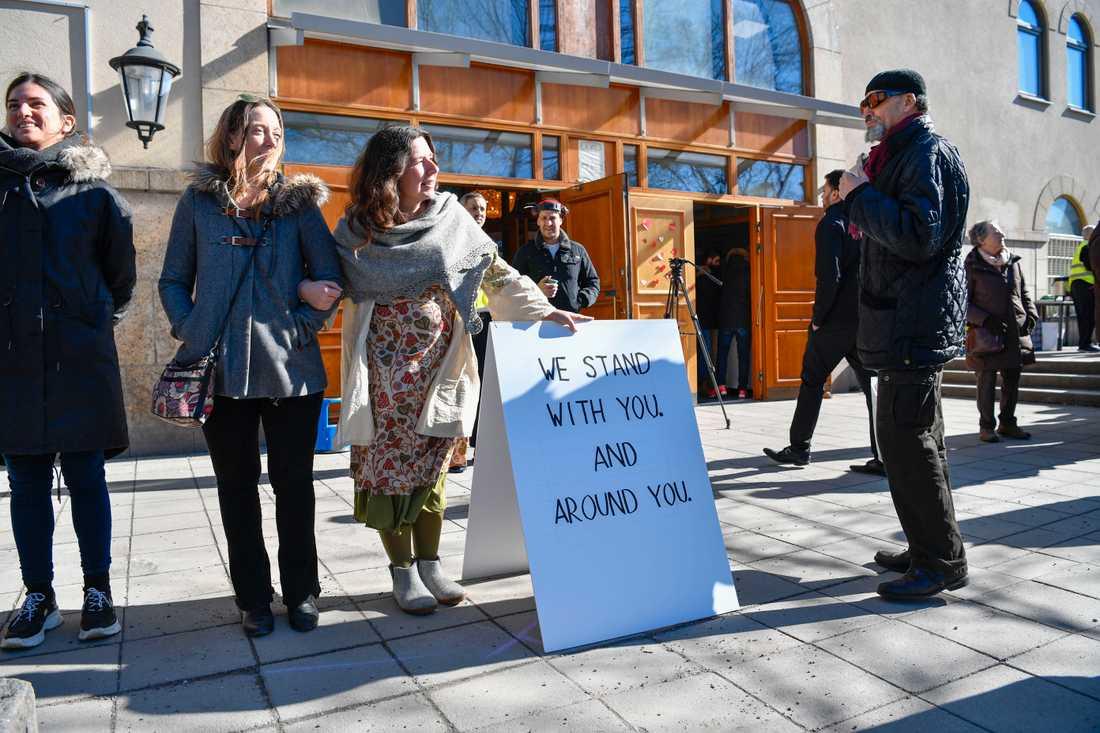 """""""Vi står med och runt er"""". Många ville visa sitt stöd under fredagsbönen i Stockholmsmoskén."""