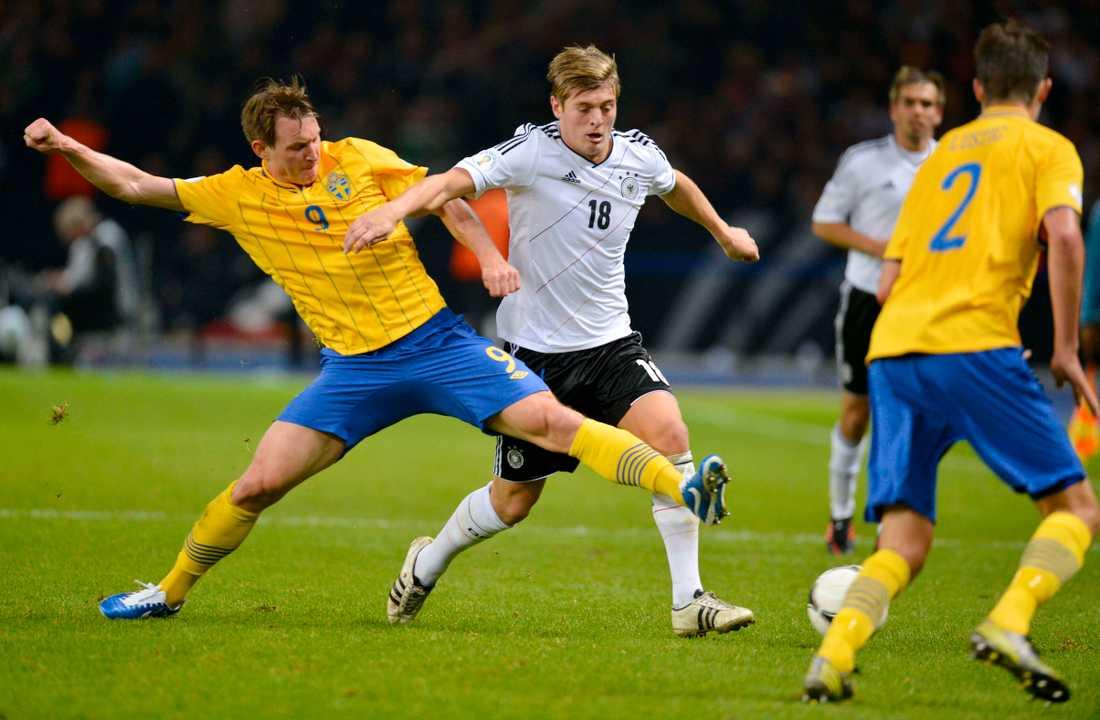 Kim Källström och Tysklands Toni Kroos under VM-kvalmatchen mellan Tyskland och Sverige 2012.