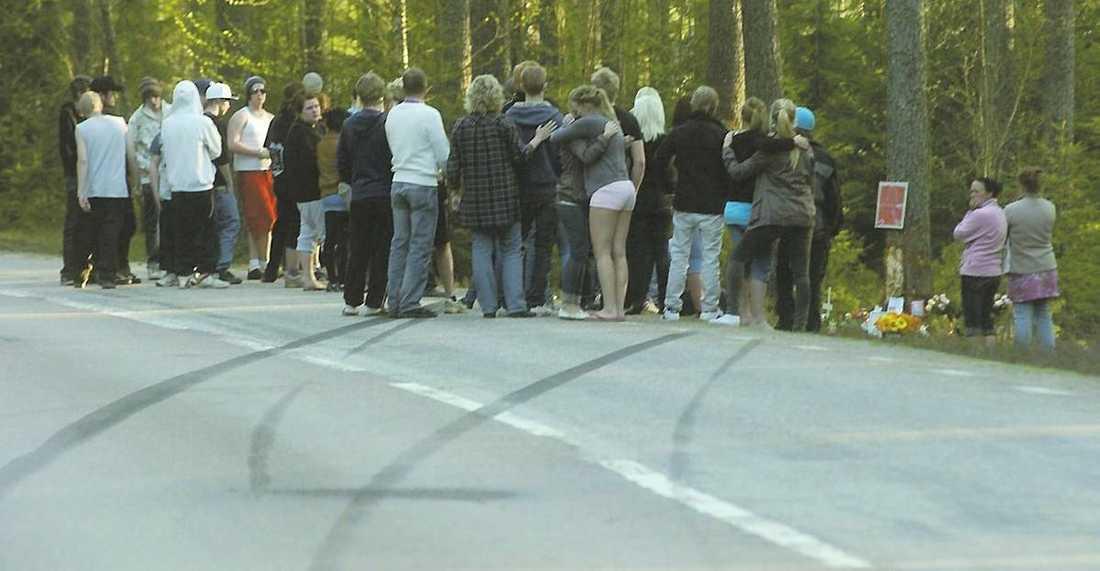 17-åringarna sladdade av vägen Två 17-åriga pojkar lånade den ene mammans bil och sladdade av vägen i Årsunda i maj. På bilden sörjer vännerna vid olycksplatsen. Bilspåren visar hur pojkarna körde av vägen.