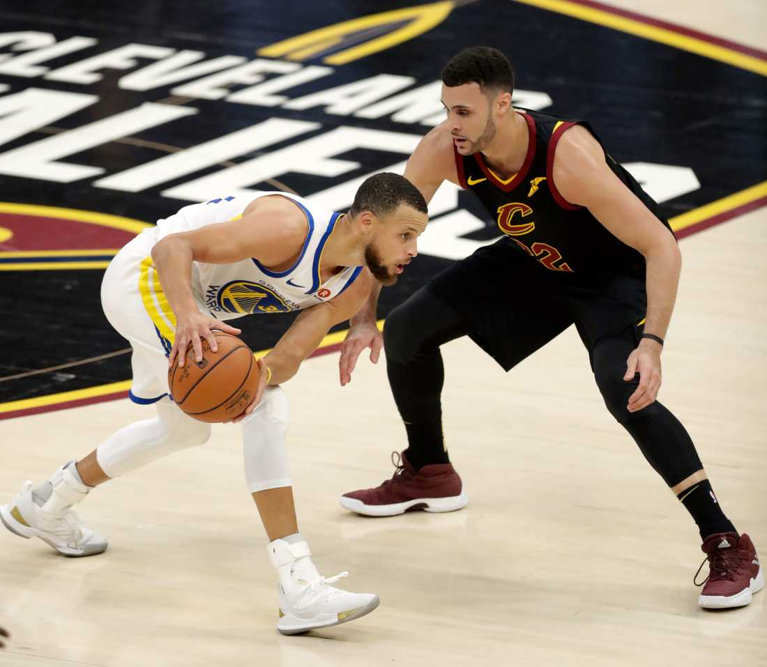 Golden States superstjärna Stephen Curry möter Cleveland Larry Nance i en situation i fredagens avgörande match.