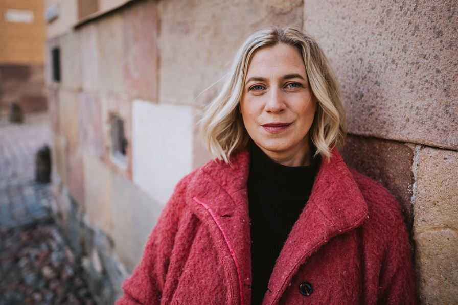 """Lina Schollin Ask är barnläkare och har skrivit """"Klättra så högt du vill för du är ju ändå redan död"""" om sorgen efter dottern Ingrid."""