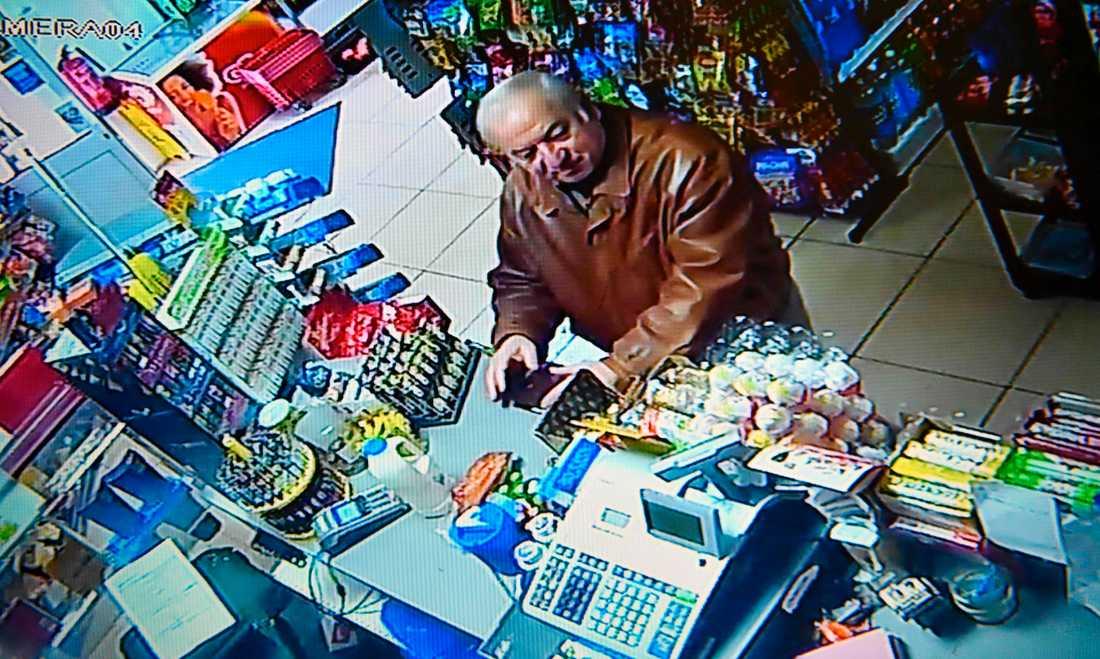 Sergei Skripal fångad på en övervakningskamera i en matbutik i Salisbury den 27 februari.