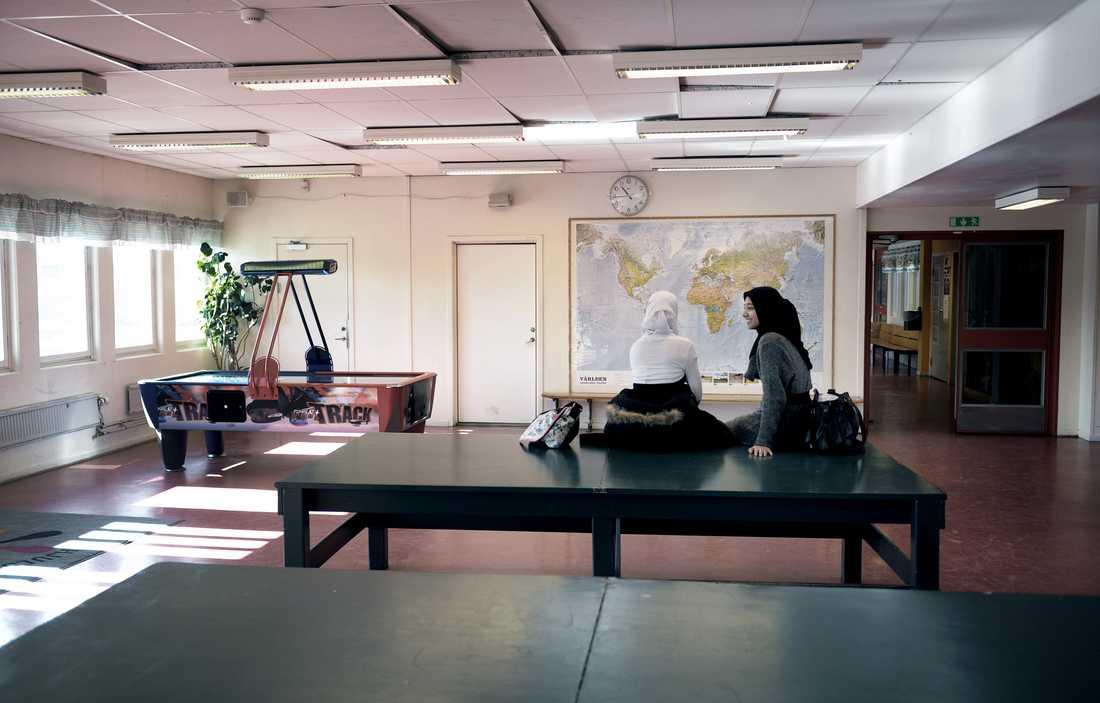 På Hjulstaskolan i förorten norr om Stockholm kommer däremot knappt hälften av niondeklassarna vidare till gymnasiet,