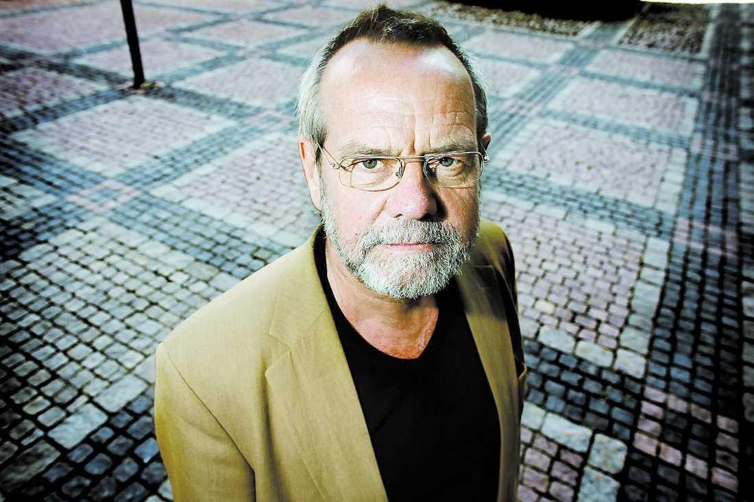 Bengt Lundström har utrett och bedömt hundratals personer som önskat byta kön. Det tar tid att avgöra vem som får göra ett könsbyte och bedömningen är helt individuell.