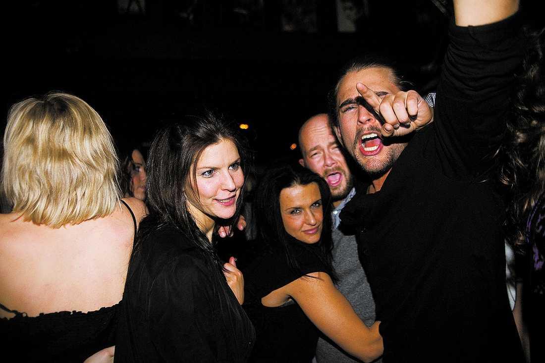 Suzanna Benjaminsson, Jimmy Führ och Simon Stålros festade på en krog i Stockholm i natt.