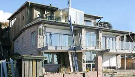 I miljardären Roger Akelius villa finns bland annat pool både inomhus och utomhus och en helt egen vallgrav.