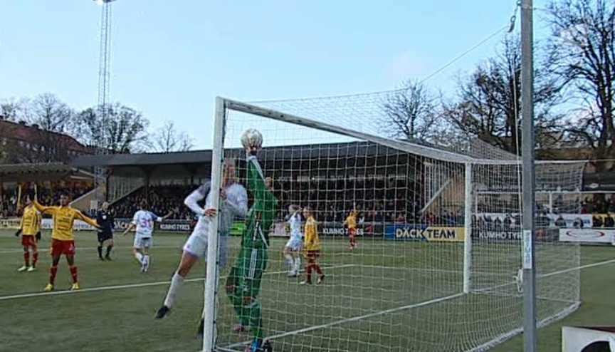 Carola Söberg försöker freda målet. Foto: TV4 Sport