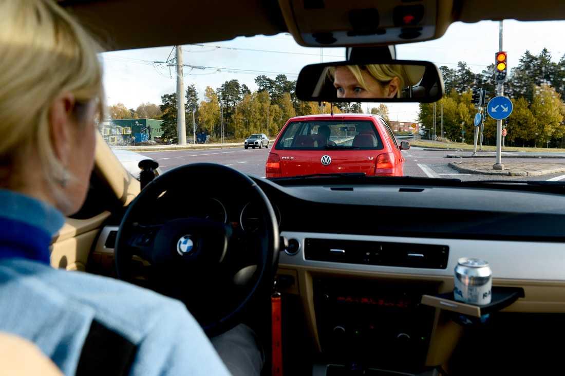 """""""Kör som en kvinna"""" –och minska risken för trafikolyckor, uppmanar NTF och Hankook."""