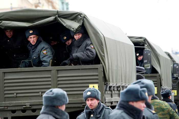 Väntar på order Alkohol har förbjudits i Moskva men man räknar ändå med oroligheter i kväll.