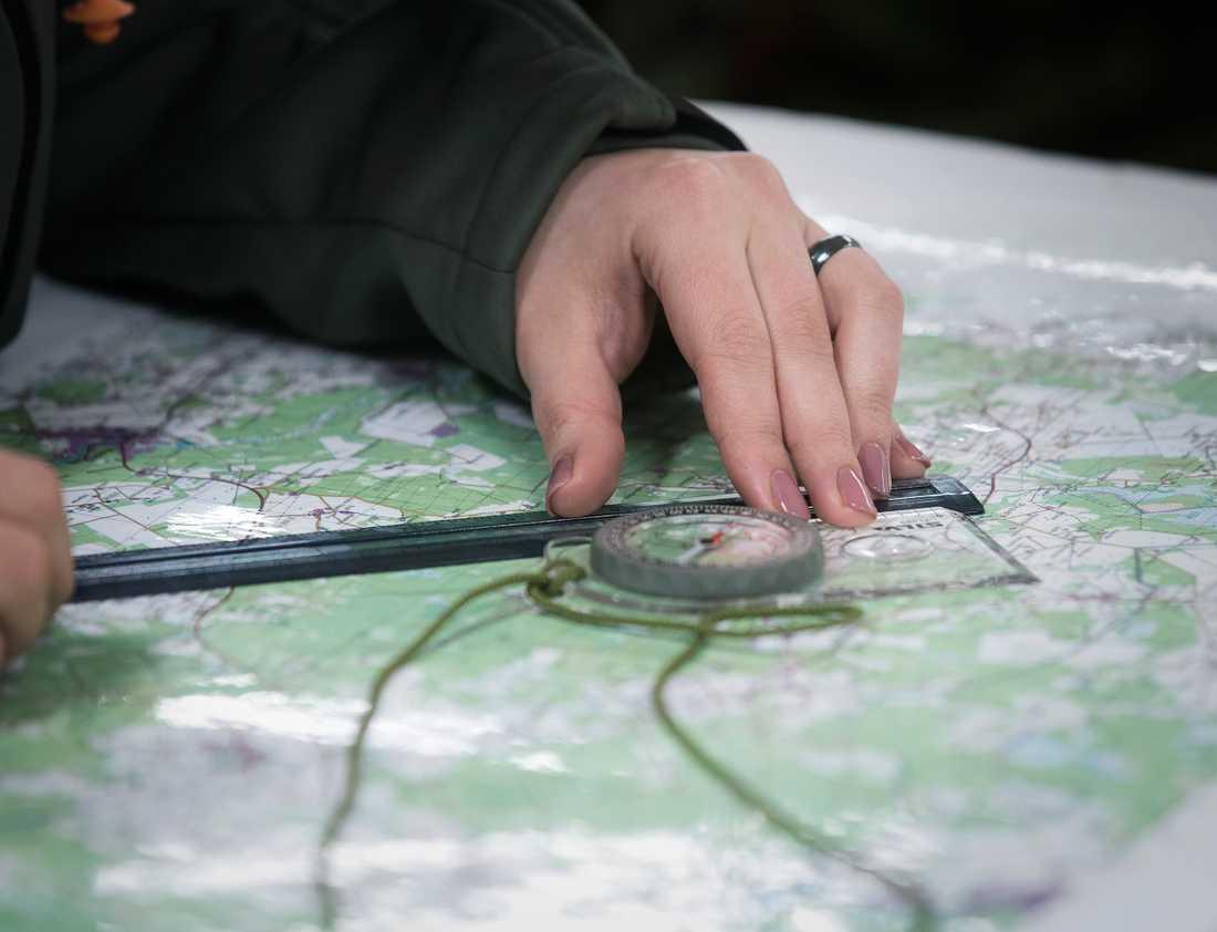 Utöver att hantera skjutvapen lär de sig också att läsa kartan.
