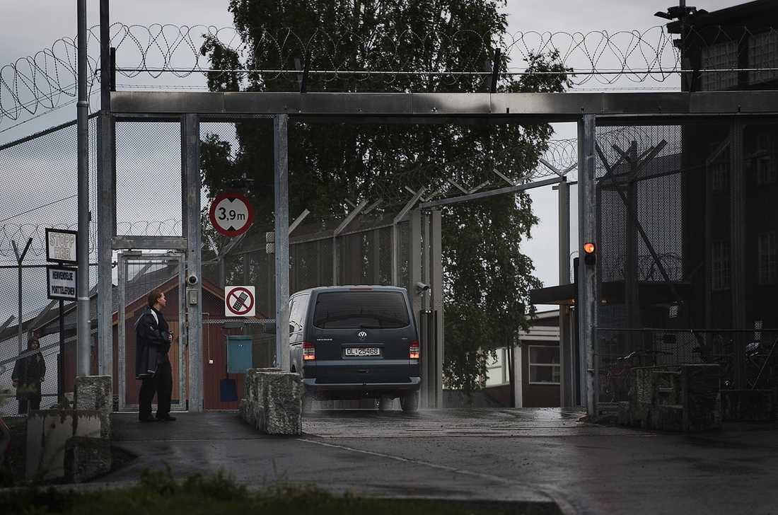 FÖRS TILL SIN CELL  Anders Behring Breivik är inte färdig med sin plan. Enligt hans manifest ska han försöka rymma från Ila fengsel för att döda fler. Han ska ha förberett sig genom att gräva ner en förvaringsbox med bland annat skjutvapen, granater, kontanter och en polisuniform. Polisen pressar honom hårt för att få veta om det kan finnas fler sprängladdningar utplacerade.