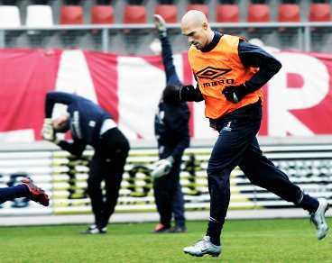 """inte bästa vänner Twentes Daniel Majstorovic och lagets skyttekung Blaise N""""Kufo rök ihop på träningen i går."""