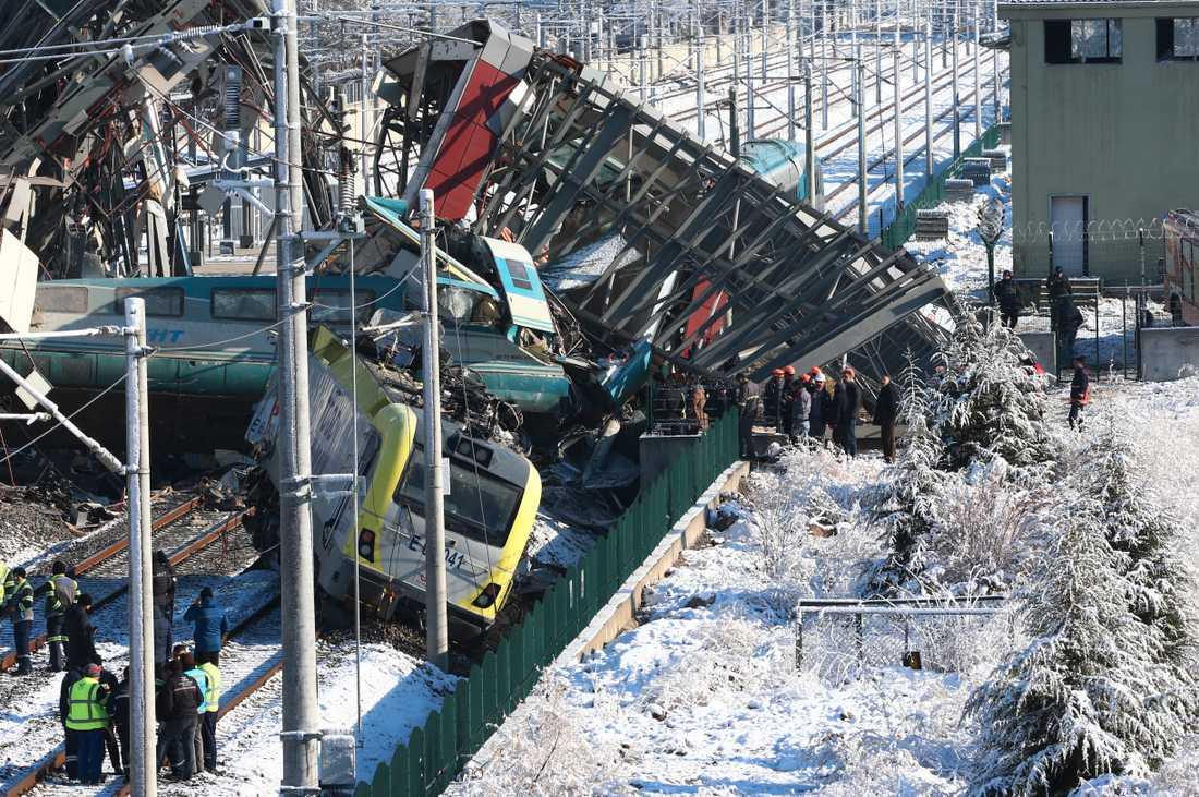 Ett höghastighetståg var på väg mellan Ankara och provinsen Konya vid 06.30, lokal tid, när olyckan skedde.