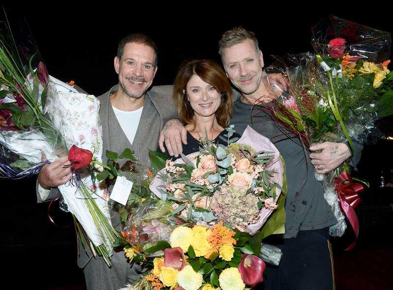 Thomas Hanzon, Lena Endre och Mikael Persbrandt överöstes med applåder och blommor.