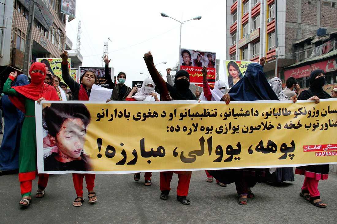 Kvinnor protesterar i Jalalabad på torsdagen.