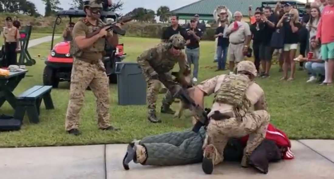 I ett annat klipp trycker soldater med dragna vapen ner mannen på marken.