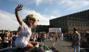 Christer Lindarw vet hur man tar sig fram under Prideparaden.