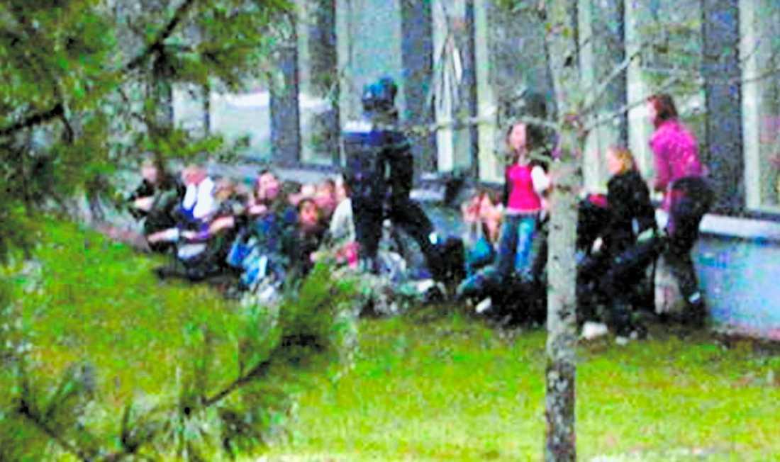 ÅTTA OFFER Det började som en vanlig skoldag i Jokela. Men klockan tjugo i tolv kom helvetet till korridorerna när 18-årige Pekka-Eric Auvinen började skjuta på allt han ser. Panikslagna elever hoppade ut genom fönster på andra våningen för att komma undan – och flera skadades när de försökte fly. När åtta var döda vände Pekka-Eric Auvinen pistolen mot sitt eget huvud. Strax före klockan 22 dog han på sjukhuset.