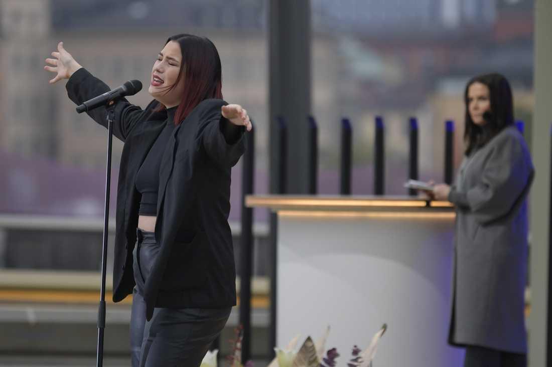Molly Hammar uppträder vid invigningen av den nya Slussbron som förbinder Gamla stan med Södermalm. I bakgrunden programledaren Titti Schultz.