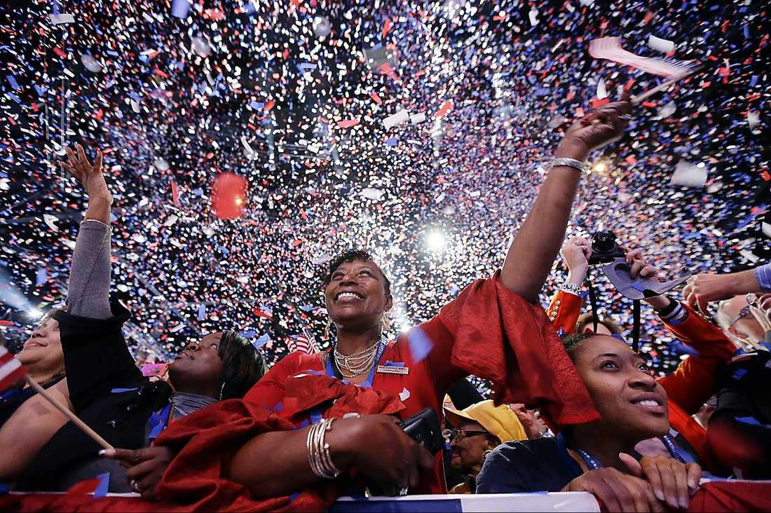 """Hopp, förändring – och fest Lyckliga supportrar jublar på Obamas valfest i Chicago. """"Fyra år till"""", skanderade massan i ett glittrande hav av konfetti i de amerikanska färgerna. I sitt segertal tackade presidenten både väljarna och sin familj."""