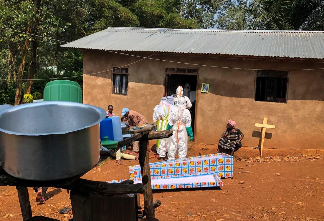 Ett hus saneras hus där en kvinna avlidit, sannolikt till följd av ebola. Bilden är från nordöstra Kongo-Kinshasa. Nu har ett fall konstaterats i miljonstaden Goma i landets östra del. Arkivbild.