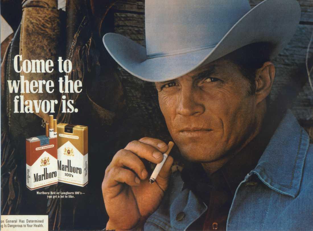 Marlboro-mannen lanserades på 1950-talet. Tre män som porträtterat denne cigarettrökande cowboy dog i lungcancer.