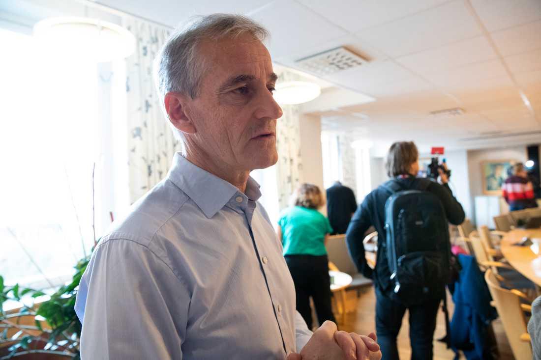 Arbeiderpartiets ledare Jonas Gahr Støre konstaterar att slitningar inom regeringen har fått den att spricka.