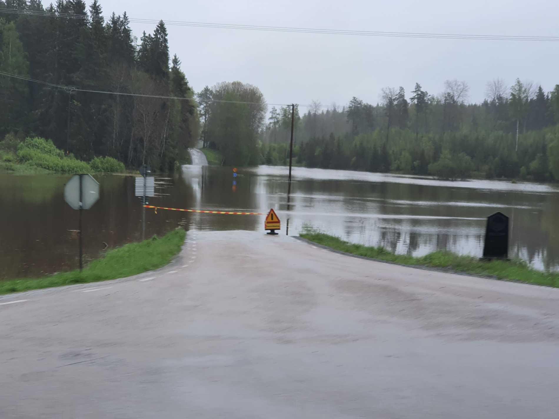 En av många översvämmade vägar i Åkersberga.