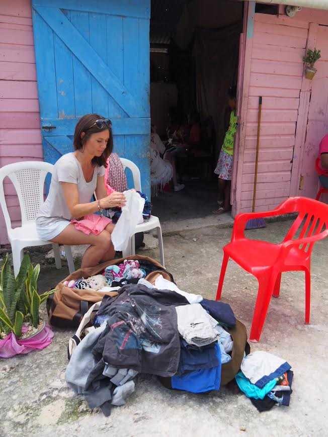 Ebba hjälper också till att dela ut kläder till barnen.