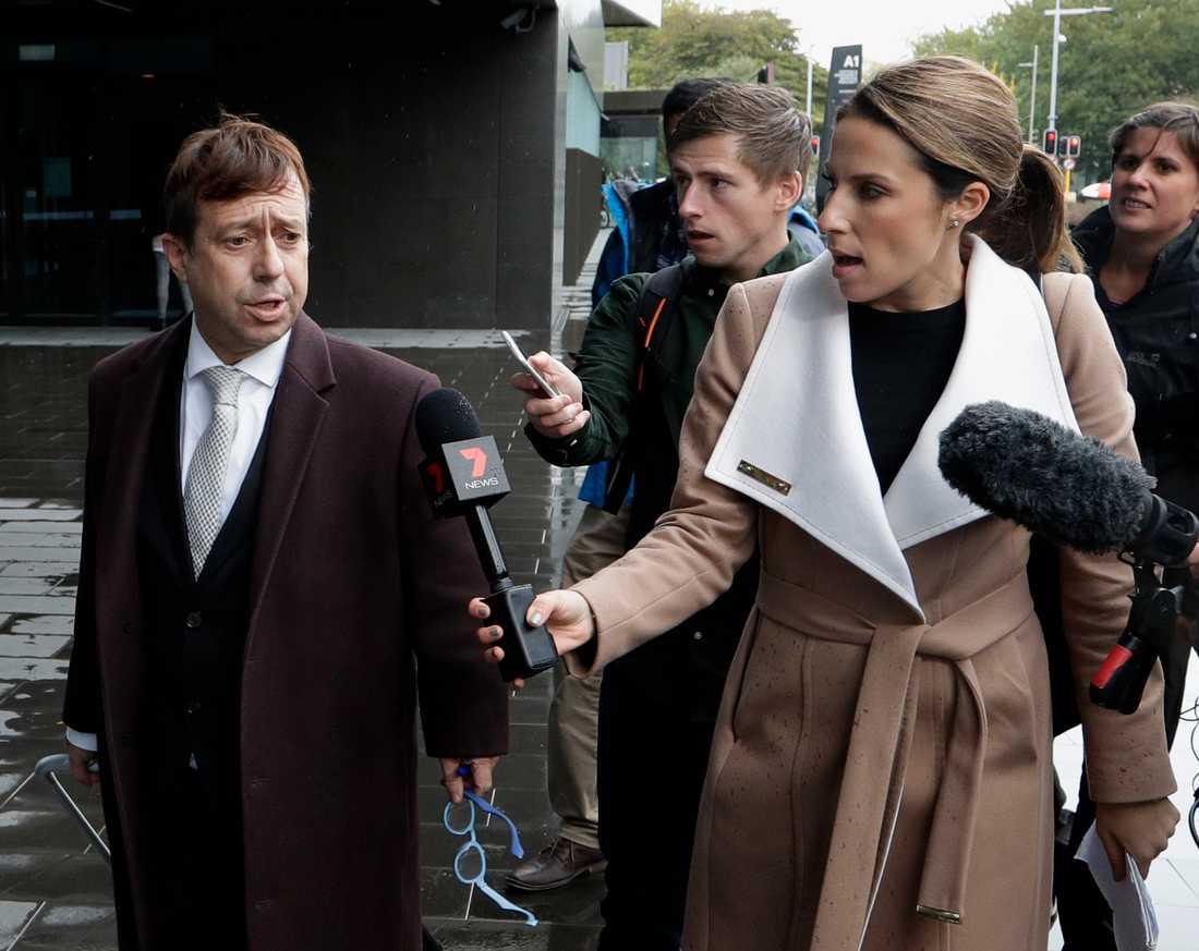 Brenton Tarrants advokat Shane Tait pratar med medier utanför domstolen i Christchurch vid en av de inledande domstolsförhandlingar som har hållits. Bilden är från i april.