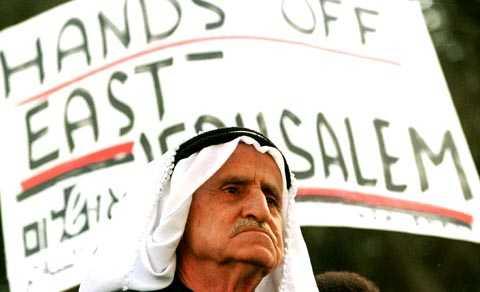 Palestinsk man demonstrerar. Arkivbild från 1996.