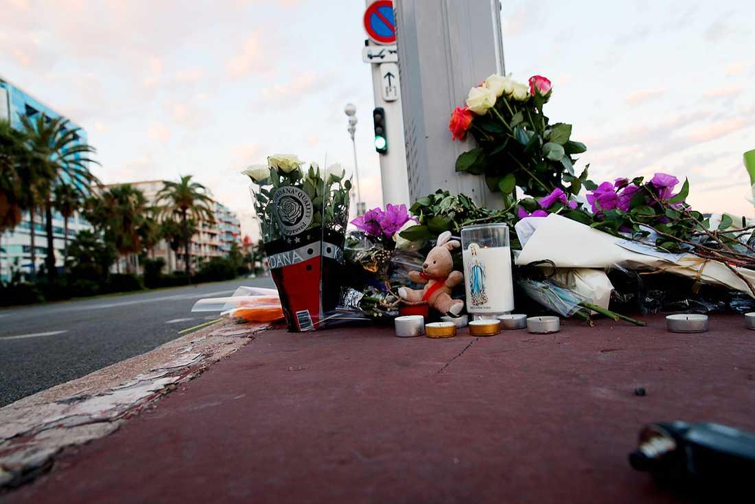 Människor har lämnat blommor och nallar vid Promenade des Anglais.
