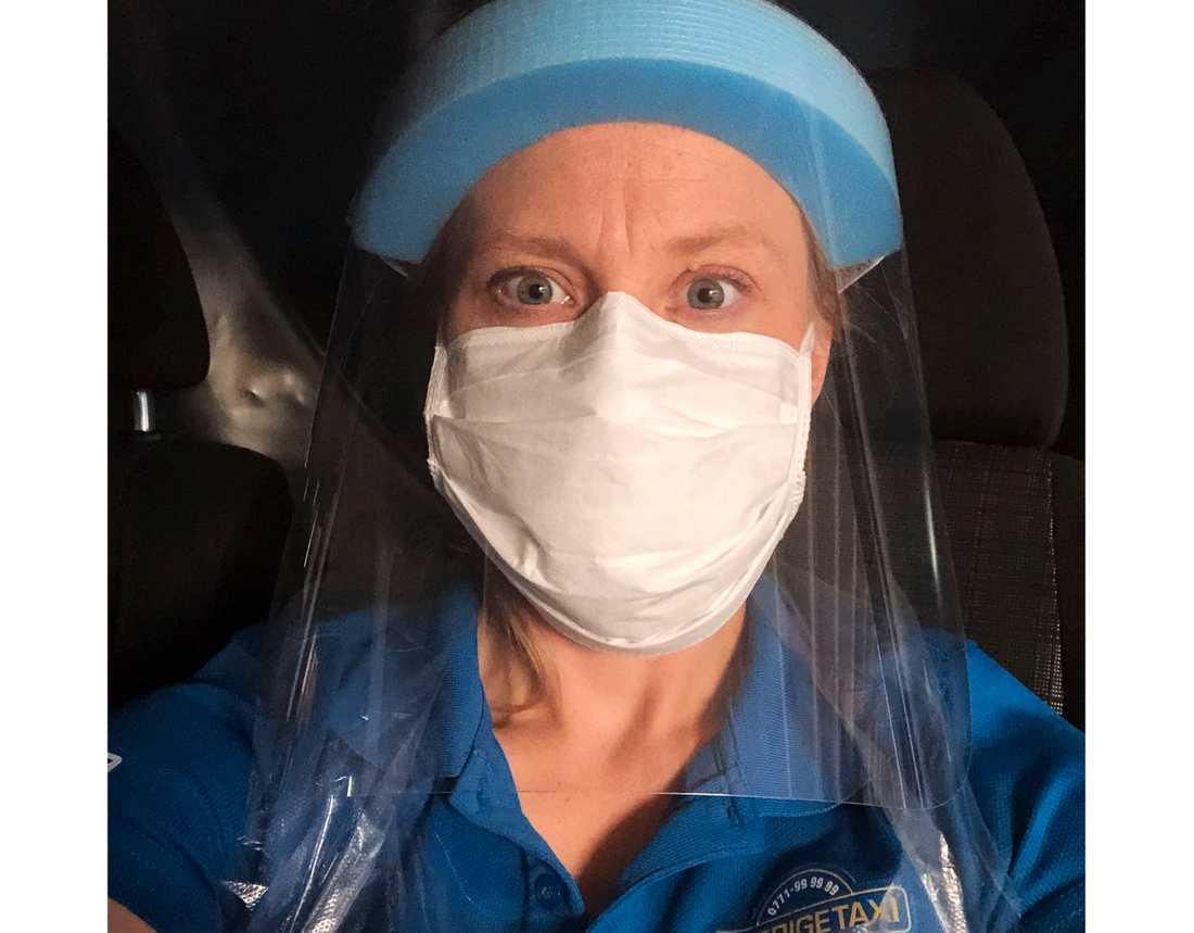 """Eva Hedman är taxichaufför med bas i Älvsbyn. Under pandemin har hon utöver """"vanliga"""" uppdrag kört en covid-bil, iklädd full skyddsmundering. Hon har även tagit extrajobb i gruvan i Gällivare."""